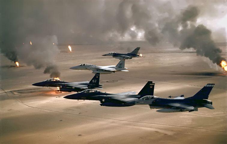 800px-USAF_F-16A_F-15C_F-15E_Desert_Storm_edit2